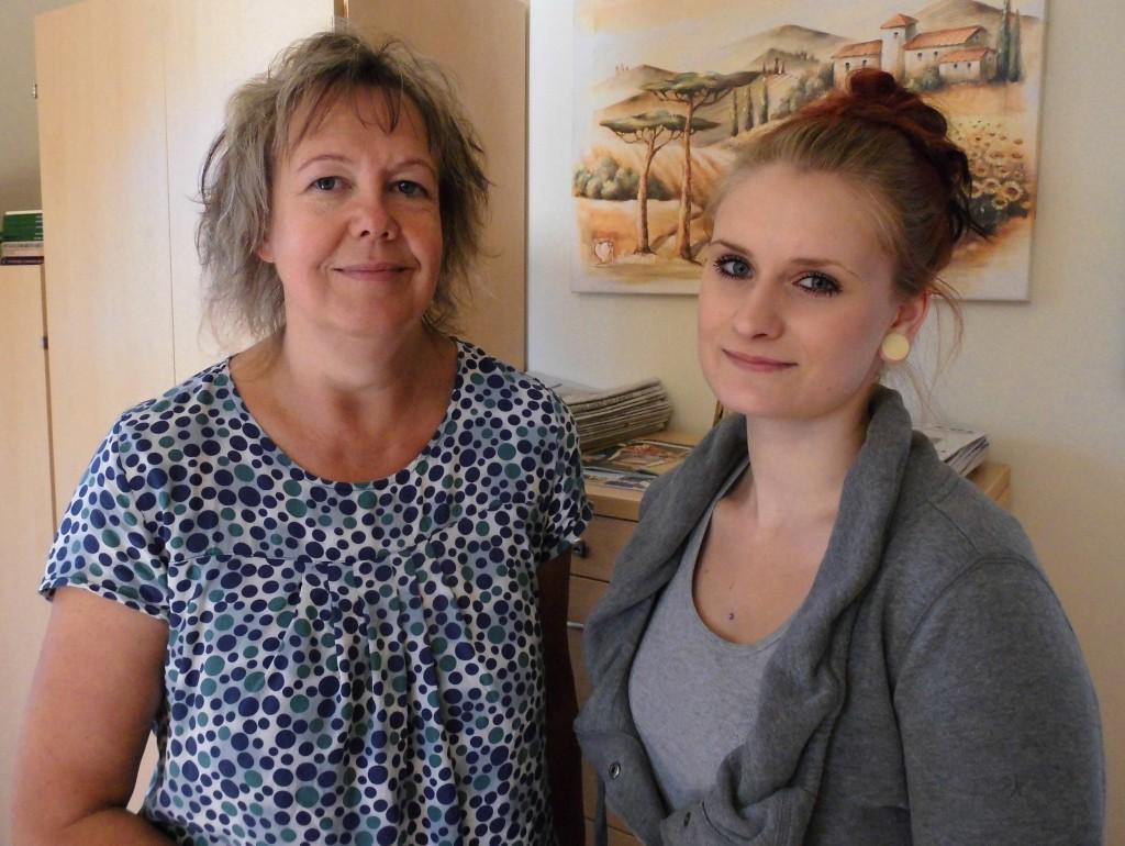 Leiterin der Einrichtung, Heike Schmidtchen (links) mit Praktikantin Sophie Lobert
